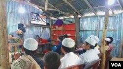 ရိုဟင္ဂ်ာ ဒုကၡသည္မ်ား ICJ ထုတ္လႊင့္မႈကို ၾကည့္ရႈေနစဥ္ (ဓါတ္ပံု- Azad Mohamed for VOA )