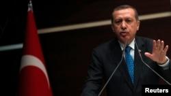 레제프 타이이프 에르도안 터키 총리는 14일 터키 앙카라시에서 열린 집권당 회의에 참석해 반정부 시위대의 요구에 따라 탁심광장 재개발을 보류하겠다고 밝혔다.