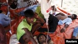 Migran Rohingya yang tiba di Indonesia dengan perahu, mendapatkan perawatan medis di dalam tempat penampungan sementara di Kuala Langsa, iprovinsi Aceh (16/5).