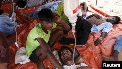 Các nhà hoạt động ước tính có khoảng 8.000 thuyền nhân đang lên đênh trên biển trong khu vực đang cạn kiệt thức ăn và nước uống tiếp theo sau một chiến dịch của chính phủ Thái Lan.