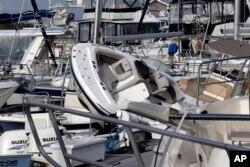 Isaias, Kuzey Carolina eyaletinin kıyı kasabalarından Southport'ta limanda büyük hasara yol açtı.