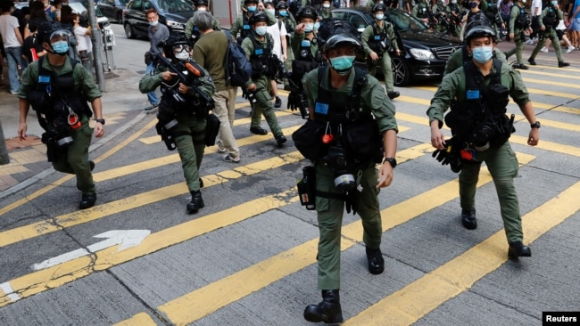 资料照:香港防暴警察在中环驱散抗议示威的民众。(2020年9月6日)