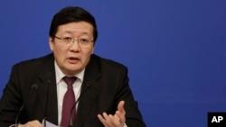 7일 중국 전국인민대표자회의 상무위원회에서 전격 경질된 러우지웨이 전 재정부장이 지난 3월 베이징에서 열린 기자회견에서 발언하고 있다. (자료사진)