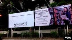 Papan reklame yang ditutup kain putih adalah iklan penerimaan mahasiswa Universitas Kristen Duta Wacana bergambar mahasiswi berjilbab. (VOA/Nurhadi Sucahyo)