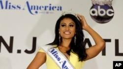 """""""紐約小姐""""妮娜.達瓦魯麗贏得2014年美國小姐選美冠軍,成為第一位榮獲""""美國小姐""""桂冠的印度裔美國人。"""