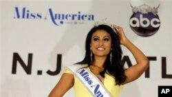 """""""纽约小姐""""妮娜.达瓦鲁丽赢得2014年美国小姐选美冠军,成为第一位荣获""""美国小姐""""桂冠的印度裔美国人。"""