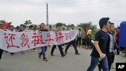 陆丰乌坎村村民手持标语