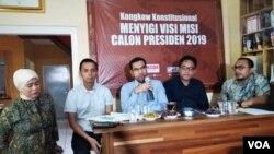Diskusi menyorot visi dan misi kedua pasangan kandidat soal penegakan hak asasi manusia yang berlangsung di Jakarta, Rabu (16/1). Komisioner Komisi Nasional (Komnas) HAM Amiruddin al-Rahab (tengah), Deputi Direktur Riset ELSHAM Wahyudi Djafa (kanan) dan