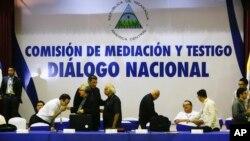 Representantes de la Iglesia Católica de Nicaragua al final del tercer día del diálogo nacional en Managua, el lunes 21 de mayo de 2018. Las conversaciones fueron suspendidas por falta de consenso, dijo el miércoles 23 el cardenal Leopoldo Brenes.