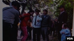 南都報記者拍攝的廣州城管與女商販衝突的照片在網絡流傳。這是童話大王鄭淵洁在個人微博上轉發的照片。