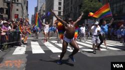 Aksi dalam pawai Pride di rute Fifth Avenue, kota New York (26/6). (VOA/R. Taylor)