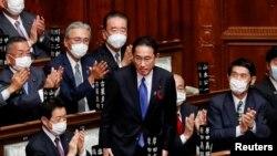 기시다 후미오(가운데) 일본 총리가 지난 4일 중의원에서 선출 직후 일어나 인사하고 있다.