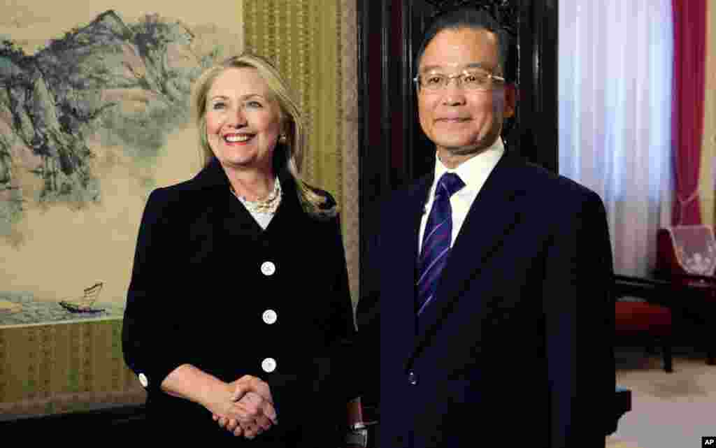 Clinton shakes hands with Chinese Premier Wen Jiabao at the Zhongnanhai leadership compound in Beijing, September 5, 2012.