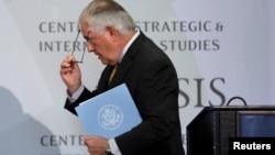 美國國務卿蒂勒森10月18日在華盛頓智庫國際戰略與研究中心發表完有關與印度外交政策的講話步下講台。
