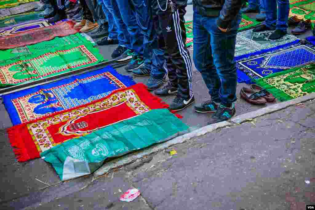 Vendors sell colorful, durable mats for praying on the pavement in Moscow, Oct. 15, 2013. (Vera Undritz for VOA)