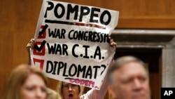 برخی حضار در جلسه استماعیه مخالفت شان را با تایید نامزدی پومپیو به حیث وزیر خارجه امریکا نشان دادند.