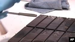 Završne pripreme prije nego što će štangice Tcho čokolade biti odvojene i zapakirane