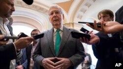 Lãnh đạo khối đa số Thượng viện Mitch McConnell nói chuyện với các phóng viên (ảnh tư liệu, tháng 11/2019)
