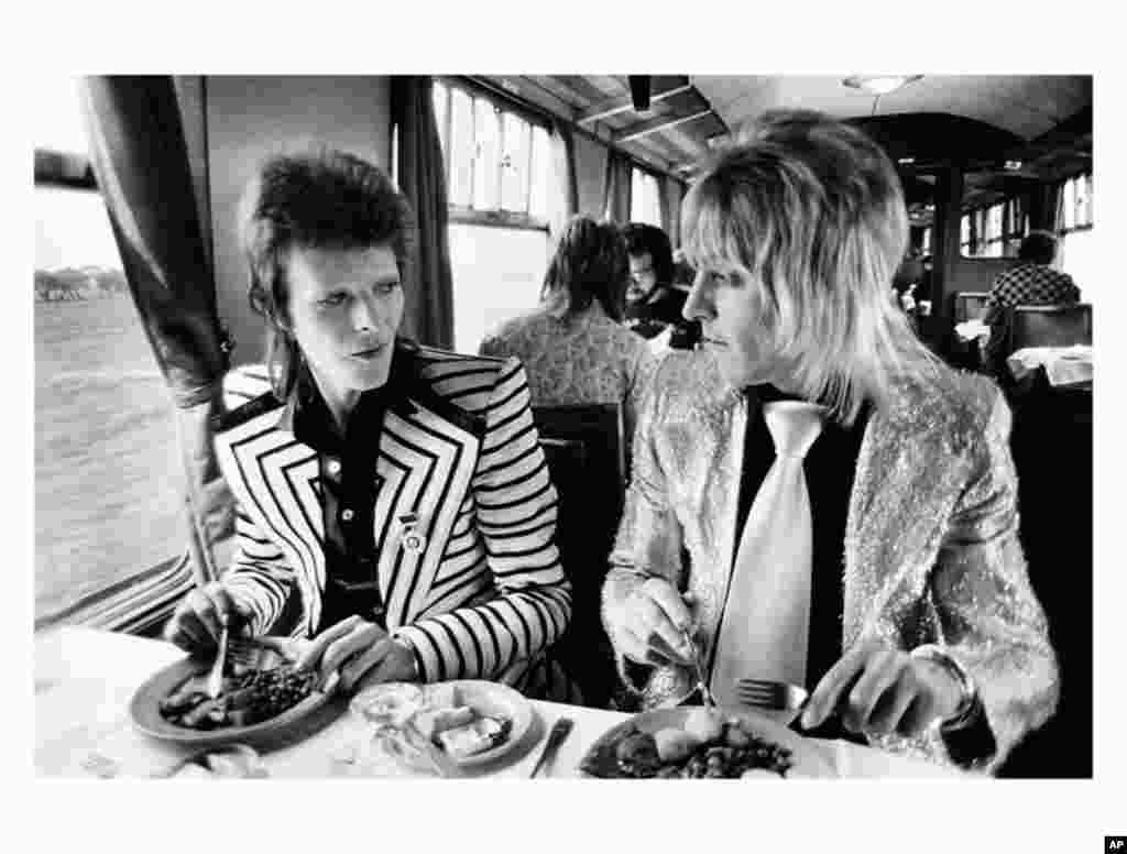 David Bowie, Mick Ronson, Lunch on train to Aberdeen 1973 (Copyright Mick Rock 2012)