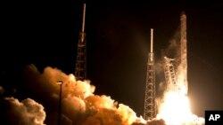 Roket Falcon 9 SpaceX lepas landas dari Pangkalan Angkatan Udara Cape Canaveral, Florida (10/1).
