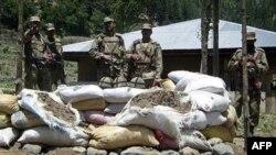 Binh sĩ Pakistan tại một chốt kiểm soát ở Upper Dir dọc biên giới với Afghanistan sau vụ tấn công của các phần tử chủ chiến