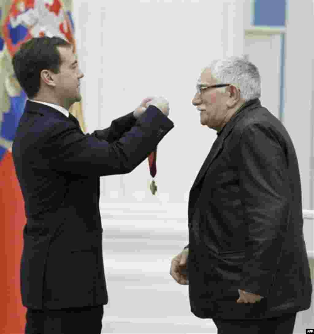 Russian President Dmitry Medvedev present a medal to actor Armen Dzigarkhanyan, right, during an awards ceremony at the Kremlin, Moscow, Thursday, Dec. 30, 2010. (AP Photo/RIA Novosti, Dmitry Astakhov, Presidential Press Service)