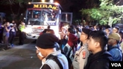 Polisi menyiapkan armada bus untuk memulangkan mahasiswa Papua domisili luar Surabaya ke Malang dan Yogyakarta (foto: Petrus Riski/VOA).