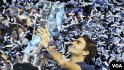 Roger Federer mengalahkan Jo-Wilfried Tsonga dalam Final ATP World Tour di London.