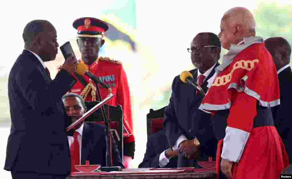 John Pombe Magufuli, le nouveau président élu de la Tanzanie, prêtant serment jeudi à Dar es Salaam au stade Uhuru à Dar es Salam, 5 novembre 2015. REUTERS/Emmanuel Herman
