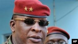 Guinean general Sekouba Konate (L) 2009 (file photo)