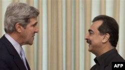 Vào lúc rời Pakistan Thượng nghị sĩ Kerry (trái) nói ông hy vọng vụ nhà ngoại Mỹ sẽ được giải quyết trong vài ngày tới đây