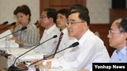 정홍원 한국 국무총리(오른쪽 두번째)가 21일 정부중앙청사에서 6·25납북자위원회를 주재하고 있다.