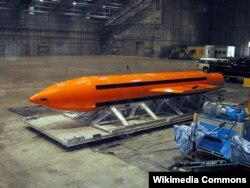 """有""""炸弹之母""""称号的GBU-43炸弹准备接受测试。(资料照)"""