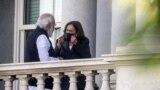 Wakil Presiden AS Kamala Harris (kanan) berbincang dengan Perdana Menteri India Narendra Modi di balkoni dari gedung kantor Eisenhower Eksekutif di kompleks Gedung Putih di Washington, AS, pada 23 September 2021. (Foto: Reuters/Evelyn Hockstein)