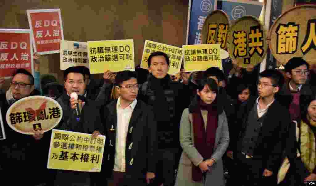 民主派立法會補選候選人及被DQ的周庭(右三)到候選人簡介會抗議 (美國之音湯惠芸拍攝)