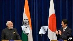 2016年11月,印度总理莫迪与日本首相安倍晋三在东京的联合记者会上(资料图)