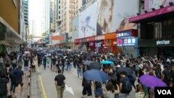 大批港人周日上街參加九龍大遊行 (美國之音圖片/張富傑拍攝)