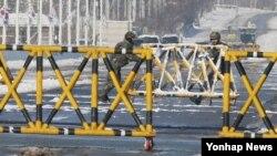 북한이 장성택 사형 집행한 지난 13일 경기도 파주시 통일대교에서 한국군이 바리케이드를 옮기고 있다.