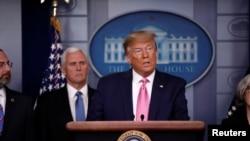 美國總統特朗普和他的新型冠狀病毒工作組成員在白宮舉行新聞發布會(2020年2月26日)。