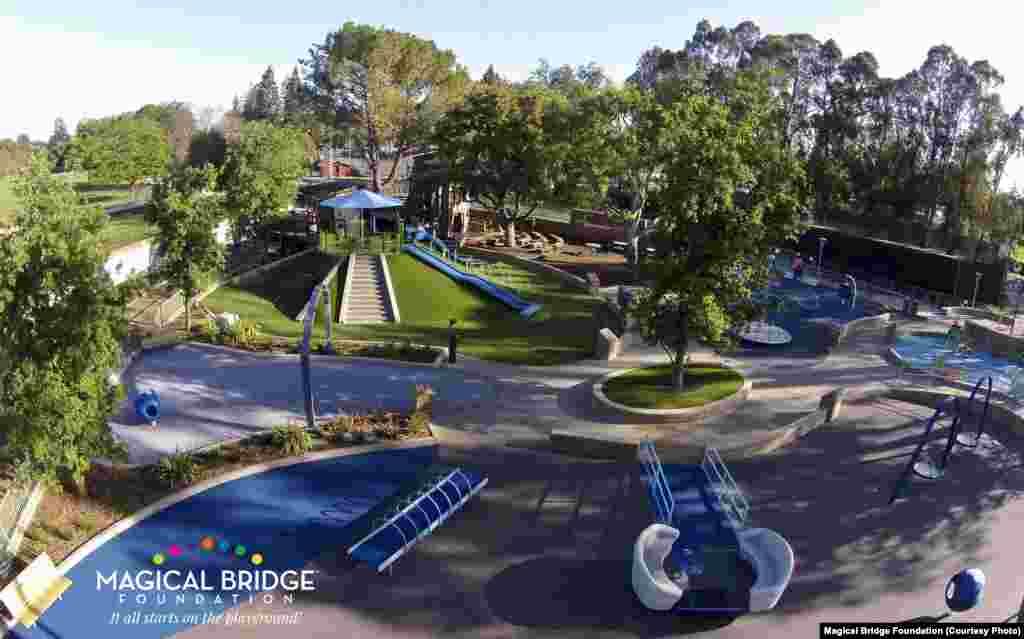 """Майданчик """"Чарівний міст"""" / Magical Bridge Playgroundу місті Пало-Альто, Каліфорнія"""