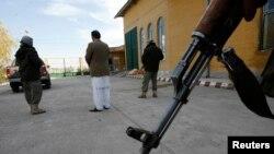 Pasukan keamanan Afghanistan melakukan penjagaan di provinsi Herat (foto: dok). Enam pekerja bantuan sipil tewas dibunuh di sana.