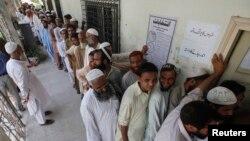کراچی میں ایک پولنگ اسٹیشن کا منظر
