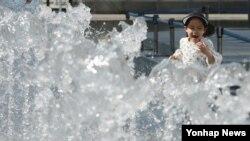 서울 낮 최고기온이 섭씨 26도까지 오른 17일 광화문광장을 찾은 어린이가 바닥분수 물줄기 사이를 뛰어다니고 있다.