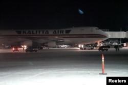 从中国武汉撤出的美国政府官员和其他美国人乘坐美国国务院撤侨包机抵达阿拉斯加州的泰德·史蒂文斯·安克雷奇国际机场。(2020年1月28日)