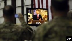 Các quân nhân xem truyền hình trực tiếp bài diễn văn của Tổng thống Obama từ căn cứ Không quân Bagram ở Afghanistan