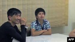 Doseljenici iz Avganistana, Hafiz i Muhamed studiraju engleski u večernjoj školi u Atini.