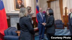 台灣總統蔡英文13日接見華盛頓智庫《美國企業研究院》民主及印太戰略訪問團。(台灣總統府提供)