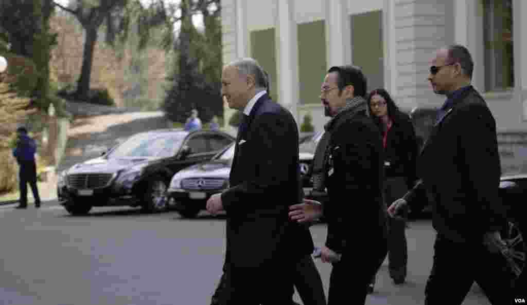 لوران فابیوس وزیر خارجه فرانسه در حال ورود به محل برگزاری مذاکرات اتمی در هتل بوریواژ در لوزان سوئیس- شنبه ۸ فروردین ۱۳۹۴