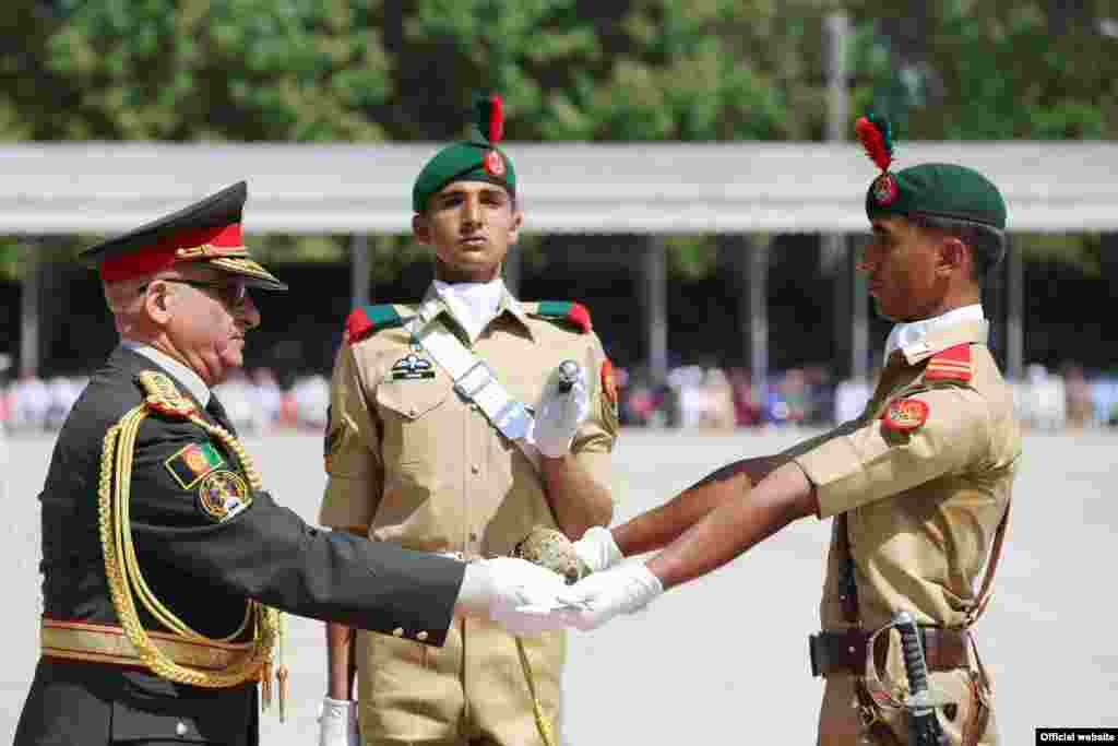 پاکستانی فوج کی مرکزی تربیت گاہ کاکول میں کیڈٹس کی پاسنگ آؤٹ پڑید سے خطاب کرتے ہوئے محمد کریمی نے کہاکہ خطے کو غیر ریاستی عناصر سے خطرہ درپیش ہے۔