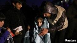 ພວກທີ່ຖືກຍົກຍ້າຍ ອອກຈາກນະຄອນ Aleppo ໄດ້ໄປເຖິງເຂດຄວບຄຸມຂອງພວກຕໍ່ຕ້ານ ທີ່ al-Rashideen, ຊິເຣຍ, 21 ທັນວາ, 2016.